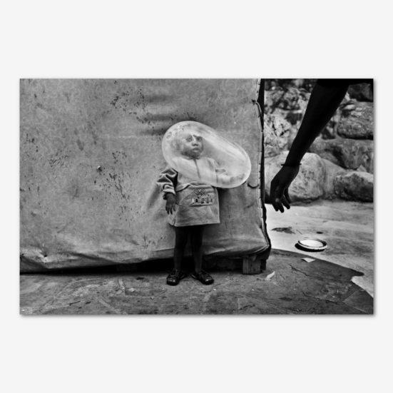 Dreng med kondom i lejr i Haiti. Foto Klaus Bo.